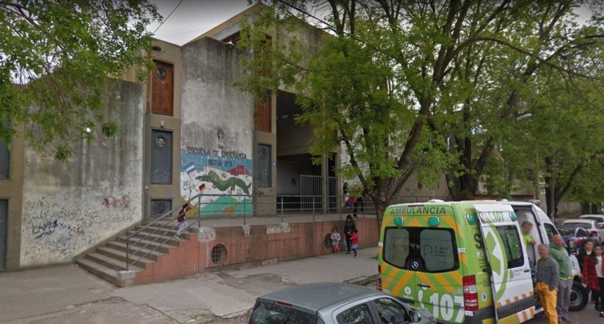 Conmoción en una escuela de Los Hornos: empleado del buffet fue detenido por acoso sexual